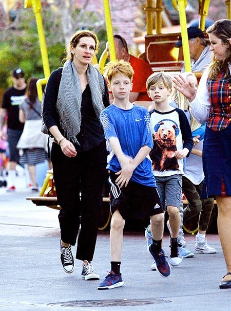 Джулия Робертс повеселилась с детьми в Диснейленде