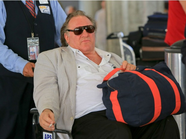 Жерар Депардье передвигается в инвалидном кресле - 1