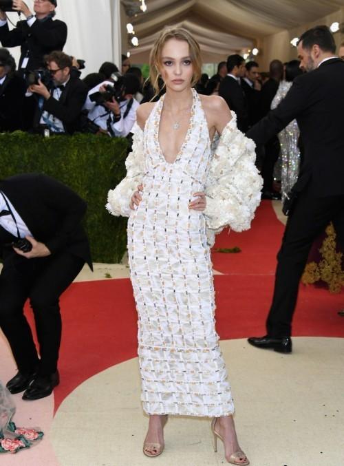 Лили-Роуз Депп в платье из кутюрной коллекции Chanel, сезона весна-лето 2016
