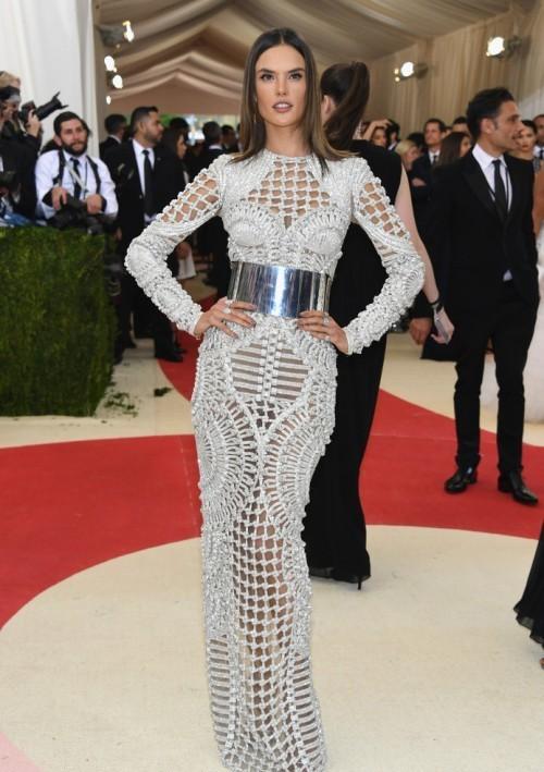 Алессандра Амбросио в платье от Balmain