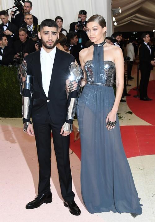 Джиджи Хадид и Зейн Малик. На Джиджи платье от Tommy Hilfiger. Зейн в костюме от Versace
