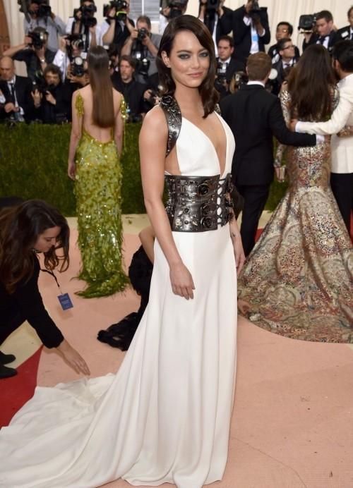 Эмма Стоун в платье по заказу от Prada
