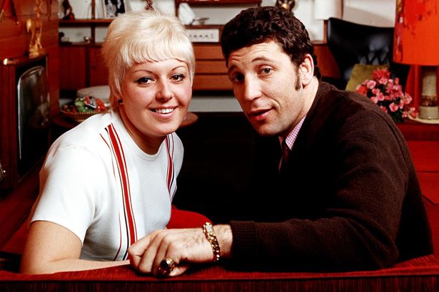 Tom-Jones-at-home-with-his-wife-Melinda-Linda-Woodward
