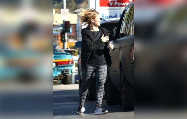 Exclusive... Make-Up Free Jennie Garth Fills Up In Studio City ***NO USE W/O PRIOR AGREEMENT - CALL FOR PRICING***