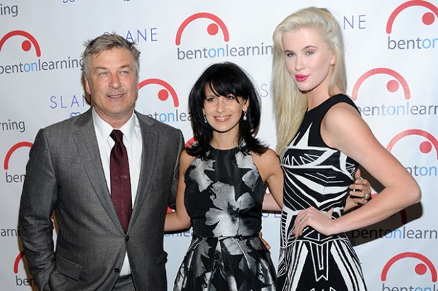 Алек Болдуин с новой женой и старшей дочерью