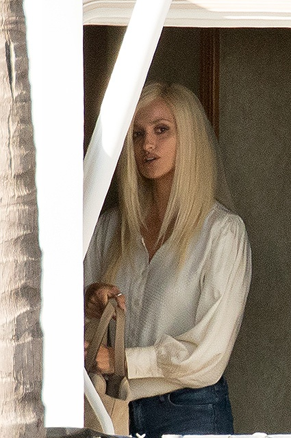 EXCLUSIVE: **PREMIUM EXCLUSIVE RATES APPLY*First look at Penelope Cruz in a blonde wig as Donatella Versace filming scenes for American Crime Story, Miami.