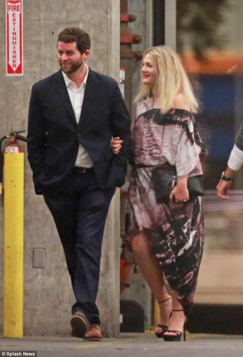 49269FF000000578-5384089-Night_out_Drew_Barrymore_was_spotted_with_a_mystery_man_as_her_d-a-71_1518504120600[1]