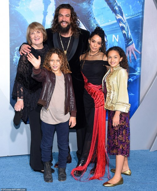 7361772-6490449-Family_Momoa_poses_with_his_kids_wife_and_mother_Coni_Momoa_far_-a-25_1544692827974[1]