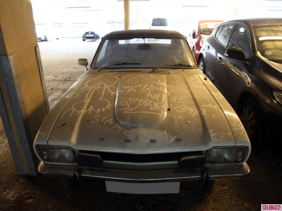 Harry-Styles-Vintage-Ford-Capri-Car-Garage-Very-Dusty-Flat-Tires-London-England-01282014-02-580x435